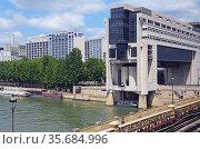 Paris, Bercy, Ministere des Finances, Seine, ships, Pont de Bercy. Стоковое фото, фотограф Zawrat / age Fotostock / Фотобанк Лори