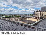 Анже, Франция. Средневековые постройки внутри замка и город на заднем плане (2017 год). Редакционное фото, фотограф Rokhin Valery / Фотобанк Лори