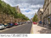 Анже, Франция. Улица Toussaint в старом городе (2017 год). Редакционное фото, фотограф Rokhin Valery / Фотобанк Лори