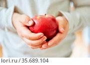 Hände von Kind halten einen frischen Apfel als Konzept für gesunde... Стоковое фото, фотограф Zoonar.com/Robert Kneschke / age Fotostock / Фотобанк Лори