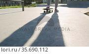 Low section of caucasian man skateboarding at a skatepark. Стоковое видео, агентство Wavebreak Media / Фотобанк Лори
