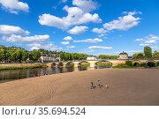 Шинон, Франция. Каменный мост через реку Вьенна (Vienne), XII в. (2017 год). Редакционное фото, фотограф Rokhin Valery / Фотобанк Лори