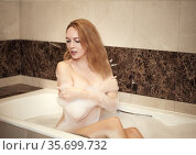 Young happy beautiful blond wooman into bath tube in bedroom and enjoy. Стоковое фото, фотограф katalinks / Фотобанк Лори