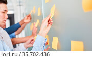 Business Team sammelt kreative Ideen auf Zetteln im Brainstorming... Стоковое фото, фотограф Zoonar.com/Robert Kneschke / age Fotostock / Фотобанк Лори