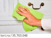 Hand mit Wischtuch beim Kommode putzen als Konzept für Sauberkeit... Стоковое фото, фотограф Zoonar.com/Robert Kneschke / age Fotostock / Фотобанк Лори