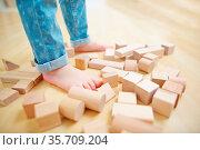 Kind steht mit nackten Füßen in Bausteinen auf dem Boden. Стоковое фото, фотограф Zoonar.com/Robert Kneschke / age Fotostock / Фотобанк Лори