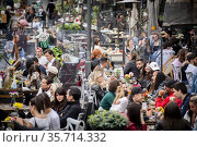 People have a drink at Campo dei Fiori on the first day of reopening... Редакционное фото, фотограф Alessandro Serrano' / AGF/Alessandro Serrano' / / age Fotostock / Фотобанк Лори