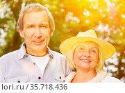 Lächelndes Paar Senioren gemeinsam im Sommer mit Sonne. Стоковое фото, фотограф Zoonar.com/Robert Kneschke / age Fotostock / Фотобанк Лори