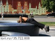 Мужчина пьёт воду из фонтана (2013 год). Редакционное фото, фотограф Марина Шатерова / Фотобанк Лори
