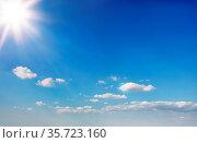 Blauer Himmel mit kleinen weißen Wolken und Sonnenschein im Sommer... Стоковое фото, фотограф Zoonar.com/Robert Kneschke / age Fotostock / Фотобанк Лори