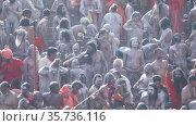 Ash-covered Naga Sadhu Indian holy man praying at Kumbh Mela Festival. Редакционное видео, видеограф Devendra Rawat / Фотобанк Лори