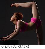 Flexible dancer training on cube in studio. Стоковое фото, фотограф Гурьянов Андрей / Фотобанк Лори