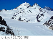 The great Monch (centre) and buildings on the Jungfraujoch at the... Стоковое фото, фотограф Neil Harrison / age Fotostock / Фотобанк Лори