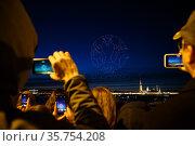 """Шоу квадрокоптеров """"Welcome SPb Show"""",  приуроченное к открытию туристического сезона в Санкт-Петербурге. Изображение  логотипа UEFA 2020 в небе над городом. Редакционное фото, фотограф Евгений Кашпирев / Фотобанк Лори"""
