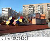 Современная детская площадка на Хабаровской улице. Район Гольяново. Город Москва (2020 год). Редакционное фото, фотограф lana1501 / Фотобанк Лори