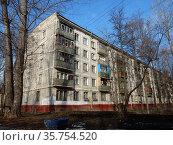 Пятиэтажный пятиподъездный панельный жилой дом серии I-515/5м (построен в 1963 году). 15-я Парковая улица, 42, корпус 4. Район Северное Измайлово. Город Москва (2020 год). Стоковое фото, фотограф lana1501 / Фотобанк Лори