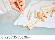 Kleines Kind hält Buntstift beim Malen auf einem Stück Papier. Стоковое фото, фотограф Zoonar.com/Robert Kneschke / age Fotostock / Фотобанк Лори