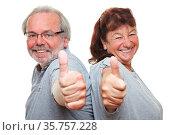 Zwei lachende zufriedene Rentner halten ihre Daumen hoch. Стоковое фото, фотограф Zoonar.com/Robert Kneschke / age Fotostock / Фотобанк Лори