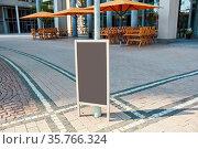 Leere Werbetafel vor Restaurant in deutscher Innenstadt als Mock-... Стоковое фото, фотограф Zoonar.com/Robert Kneschke / age Fotostock / Фотобанк Лори
