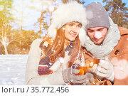 Mann und Frau trinken heißen Tee zusammen im Winter im Schnee. Стоковое фото, фотограф Zoonar.com/Robert Kneschke / age Fotostock / Фотобанк Лори