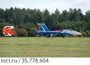 Moscow Russia Zhukovsky Airfield 31 August 2019: The Russian Knights Russkie Vityazi aerobatic team performs a demonstration flight with aerobatics figures of the international aerospace salon MAKS-2019. Редакционное фото, фотограф Фотограф / Фотобанк Лори