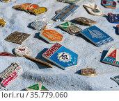 Значки эпохи СССР продаются на барахолке (2020 год). Редакционное фото, фотограф Вячеслав Палес / Фотобанк Лори