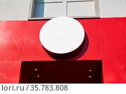Runder Kreis als Schild Mock-Up Template für Logo Design an einem... Стоковое фото, фотограф Zoonar.com/Robert Kneschke / age Fotostock / Фотобанк Лори