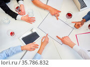 Hände von Business Team auf Tisch bei Strategie Planung im Meeting. Стоковое фото, фотограф Zoonar.com/Robert Kneschke / age Fotostock / Фотобанк Лори