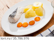 Steamed whiting with potatoes and carrot. Стоковое фото, фотограф Яков Филимонов / Фотобанк Лори