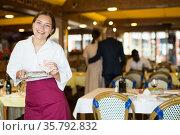 Waiter got a good tip from restaurant patrons. Стоковое фото, фотограф Яков Филимонов / Фотобанк Лори