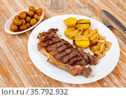 Beef entrecote with baked potato in skins and mustard. Стоковое фото, фотограф Яков Филимонов / Фотобанк Лори