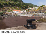 Black mooring bollard at the pier of Seixal town, Madeira (2017 год). Стоковое фото, фотограф EugeneSergeev / Фотобанк Лори