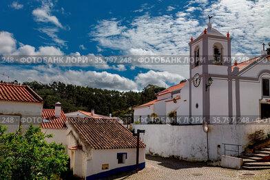 Kirche in Odeceixe an der Algarve, Portugal. View from Odeceixe towards...
