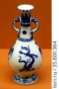 Dragon and phoenix vase. Kangxi reign. Редакционное фото, агентство World History Archive / Фотобанк Лори