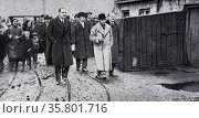 Prince of Wales (later King Edward VIII) visits poor miners in a mining town in wales 1922. Редакционное фото, агентство World History Archive / Фотобанк Лори