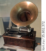 Edison's Phonograph. In 1877 Thomas Edison filed a patent on a machine that could record and play back sound. He demonstrated this simple device by reciting the poem Mary had a little lamb. Редакционное фото, агентство World History Archive / Фотобанк Лори