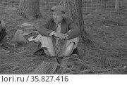 Migrant worker resting along roadside, Hancock County, Mississippi By Russell Lee, 1903-1986, photographer Date 19380101. Редакционное фото, агентство World History Archive / Фотобанк Лори