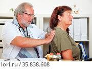 Arzt behandelt eine ältere Patientin mit Rückenschmerzen in seiner... Стоковое фото, фотограф Zoonar.com/Robert Kneschke / age Fotostock / Фотобанк Лори