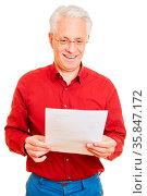 Glücklicher Rentner bekommt gute Nachrichten per Post als Brief. Стоковое фото, фотограф Zoonar.com/Robert Kneschke / age Fotostock / Фотобанк Лори