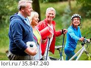 Vitale Senioren als Freunde in ihrer Freizeit machen gemeinsam Sport. Стоковое фото, фотограф Zoonar.com/Robert Kneschke / age Fotostock / Фотобанк Лори