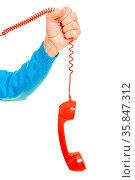 Männliche Hand hält einen roten Telefonhörer am Kabel. Стоковое фото, фотограф Zoonar.com/Robert Kneschke / age Fotostock / Фотобанк Лори