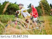 Aktives Senioren Paar beim Fahrrad fahren auf einer Radwanderung ... Стоковое фото, фотограф Zoonar.com/Robert Kneschke / age Fotostock / Фотобанк Лори