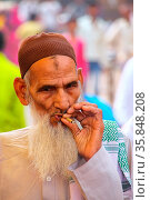 Local man (portrait) smoking at the street market in Fatehpur Sikri... Стоковое фото, фотограф Zoonar.com/Don Mammoser / age Fotostock / Фотобанк Лори