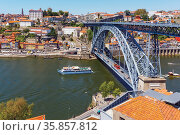 Porto, Porto District, Portugal. An excursion boat by the Dom Luis... Стоковое фото, фотограф Ken Welsh / age Fotostock / Фотобанк Лори