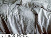 Morgentliches Durcheinander: Zerwuehltes, ungemachtes Bett mit Zudecken... Стоковое фото, фотограф Zoonar.com/Bernhard Kuh / easy Fotostock / Фотобанк Лори