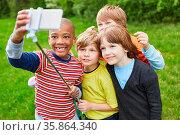 Kinder als Freunde machen ein Selfie Gruppenfoto mit dem Smartphone... Стоковое фото, фотограф Zoonar.com/Robert Kneschke / age Fotostock / Фотобанк Лори