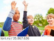 Kinder als Schüler in der Biologie Klasse in der Natur antworten ... Стоковое фото, фотограф Zoonar.com/Robert Kneschke / age Fotostock / Фотобанк Лори