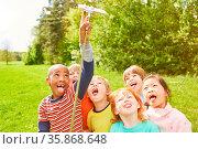 Kinder haben Spaß zusammen und machen ein albernes Selfie mit Selfie... Стоковое фото, фотограф Zoonar.com/Robert Kneschke / age Fotostock / Фотобанк Лори