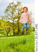Asiatisches Mädchen springt Seil im Park auf einer Wiese in den Sommer... Стоковое фото, фотограф Zoonar.com/Robert Kneschke / age Fotostock / Фотобанк Лори
