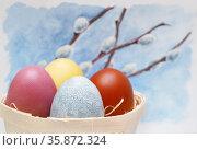 Пасхальные яйца, крашеные мареной красильной, куркумой, луковой шелухой и каркаде. Стоковое фото, фотограф Dmitry29 / Фотобанк Лори